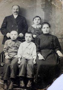 Radžiūnai su sūnumis Ignu ir Alfonsu bei dukra, kuri anksti mirė, prieš pasitraukiant į Petrogradą