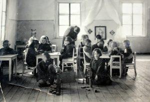 Semeliškių vaikų darželyje, kurį lankė Algimantas Aleksandras Radžiūnas apie 1939 m.