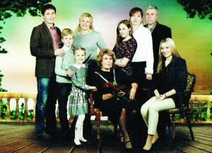 Pakrosnių šeima: E. Pakrosnienė (centre sėdi) su sūnumis (Rytis kairėje, Valdas dešinėje), marčiomis ir anūkais
