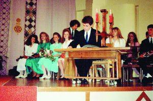 """R. Pakrosnis (centre), atestatų įteikimo ceremonija ,,Versmės"""" gimnazijoje"""
