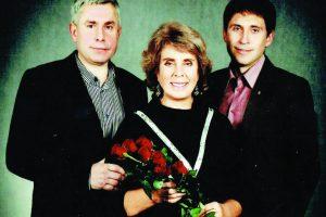 Emilija Pakrosnienė su sūnumis – Valdu (kairėje) ir Ryčiu( dešinėje)