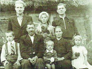 1949 m. Krivašiūnuose prie savo namo sėdi Stasys Lapinskas ir Stefanija su savo vaikais - Zenonu, Jane, Broniumi, Algirdu, Gene, tarp tėvų - Juozas