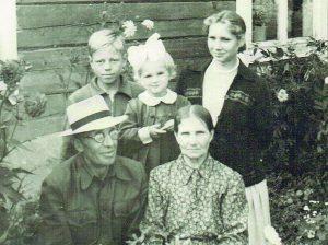 1960 m. Semeliškėse prie savo namo. Stasys Lapinskas su žmona Stefanija, dukra Genė ir sūnus Juozas, tarp jų - anūkė, Broniaus dukra Romantė
