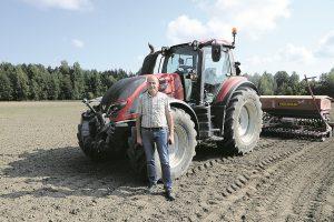"""Naujausias įmonės """"Baltuonių kalakutų ūkis"""" pirkinys pasinaudojus europine parama – traktorius """"Valmet"""". Juo dirba samdytas žmogus, tačiau, reikalui esant, prie vairo prisėda ir pats Vladas Baltuonis"""