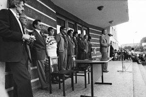 Sąjūdžio mitingas Elektrėnuose 1988 m. Aleksandras Klumbys stovi penktas iš kairės