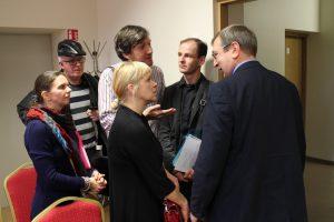 Vievio meno mokyklos mokytojai turėjo klausimų tarnybinio patikrinimo komisiją sudariusiam  mero pavaduotojui Arvydui Vyšniauskui