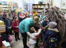 Knygyne vaikai susitiko su knygų personažu Pasaiba