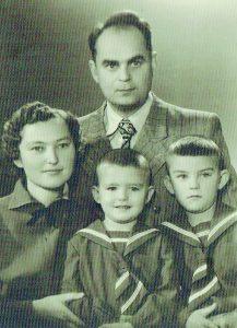 Laimutė ir Leonas Klumbiai su sūnumis