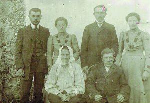 Adomas Baleišis (stovi pirmas iš kairės) su artimaisiais - seserimi Pranute, broliu Jonu, seserimi Anastazija ir tėvais Elžbieta ir Rapolu (sėdi centre)