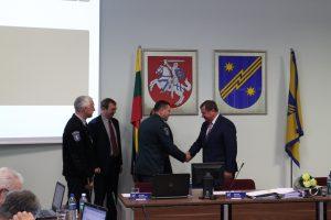 """Elektrėnų policijos komisaras Andžej Grudinskij ir Viešosios policijos skyriaus viršininkas  Edgaras Telinskis gimtadienio proga merui įteikė ypatingą dovaną. Nusipelniusių policijai apdovanojimo ženklas """"Už paramą policijai"""" įteiktas generalinio komisaro įsakymu"""