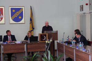 Į savivaldybės tarybos posėdį ginti savo vadovo atvyko Vievio meno mokyklos mokytojai,  o į tribūną pasisakyti atėjo mokytoja Genė Janavičienė