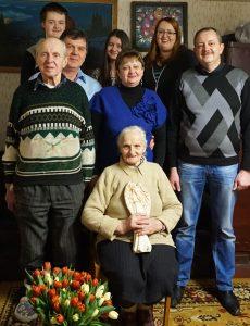 Ramanauskų šeima: mama Antanina Ramanauskienė (sėdi pirmoje eilėje), tėvas Stanislovas Ramanauskas, duktė Ramutė, sūnus Rimtautas (antroje eilėje iš kairės), anūkas Rimvydas, žentas Aleksandras, anūkės: Enrika ir Ingrida