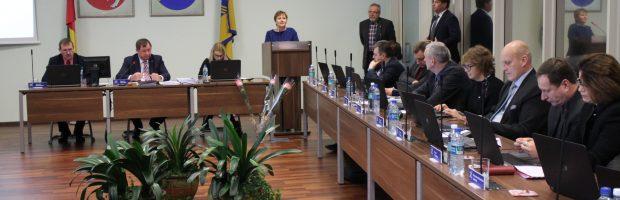 """Abiejų mokyklų streikuojančių pedagogų ir profsąjungų vardu kalbėjo """"Versmės"""" gimnazijos mokytoja ekspertė Augutė Liutkevičienė"""