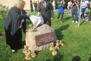 Šimtmečio proga mokyklos kieme atidengtas paminklinis akmuo. Akmenį atidengia mokyklos direktorė Alma Reklaitienė ir Vievio seniūnas Zenonas Pukėnas