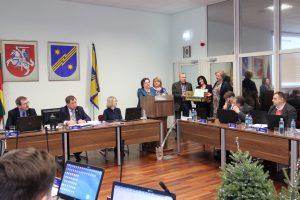 Mokyklų vadovai metų pabaigos proga dėkojo merui ir tarybai už nuolatinę paramą ir padovanojo rankų darbo saldų kompiuterį