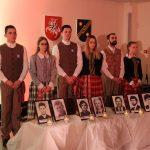 Žvakeles prie žuvusiųjų nuotraukų padėjo Elektrėnų jaunimo atstovai