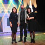 """Virginijai ir Ramūnui Ražanams apdovanojimą įteikė Elektrėnų socialinių paslaugų centro direktorė Dalytė Kutyrevienė. """"Mano šeima eina keliu, kuris mus stiprina"""", - atsiimdama apdovanojimą sakė nominantė"""