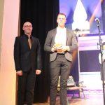 """UAB """"Fejerverkai"""" skirto apdovanojimo pasiimti atvyko įmonės darbuotojas Tauras Tenikis. Apdovanojimą įteikė Elektrėnų kultūros centro direktorius Remigijus Suslavičius"""