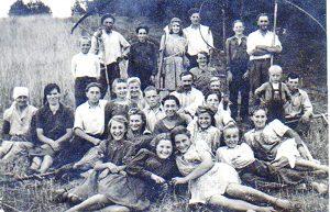 Abromiškių kaimo žmonės rugiapjūtės darbuose