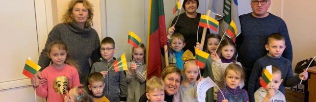 PUG grupės vaikai su seniūnijos darbuotojais