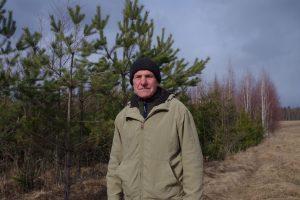 Už Zenono Druskio nugaros – jau dešimt metų besistiebiantis pačių sodintas miškas.  Jurgitos Ulkienės nuotr.