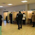 Įstatymuose numatyta, jog balsavimas vyksta po vieną, todėl rinkimų stebėtojai po du balsuoti suėjusius piliečius skubinosi išskirti