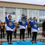 Ant pakylos išsirikiavo trys merginų ledo ritulio komandos žaidėjos Miglė Jakavičienė, Živilė Drėgvaitė ir Agnė Račkauskaitė
