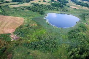 Briauniaus ežero apylinkės ir Bajorų kapinyno kasinėjimo vieta iš paukščio skrydžio