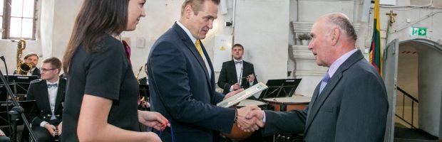 Ministras E. Misiūnas padėką teikia Jonui Pašvenskui