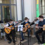 Gitaristų trio – Darius Sabonis, Paulius Šomka ir mokytojas Linas Ivanauskas