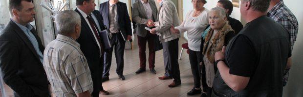 Kantriai susitikimo su savivaldybės taryba laukę pylimiškiai taip ir nebuvo išklausyti