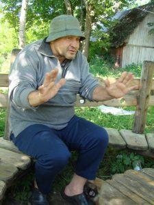 Kryždirbys Viktoras Narkevičius iš Lajaus kaimo, kurio padarytų kryžių yra daugelyje Trakų rajono ir Elektrėnų savivaldybės kapinių ir prie gyvenamųjų namų