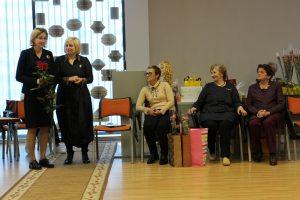 Elektrėnų krašto neįgaliųjų sąjungos pirmininkę Audrą Česonienę sveikina Violeta Šimkūnienė. Iš dešinės - Ramutė Liepinienė, Saulė Jakštienė ir Laima Klinkevičienė