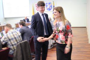 Tarybos narys Ramūnas Kartenis sveikina žmoną Ingą, paskirtą į atsakingas administracijos direktoriaus pavaduotojos pareigas