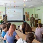 Pamoką 8e apie NATO misiją Lietuvoje bei kitose Baltijos šalyse veda Nyderlandų kariai Jan ir Kevin