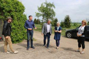 Ūkininkas iš Telšių rajono Vladas Termenas (pirmas iš kairės) džiaugėsi, kad mobilios pagalbos komanda iš karto ėmėsi konkrečių veiksmų, norėdama padėti spręsti jo problemas. Nuotrauka Aurelijos Servienės