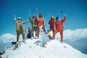 Vakarinėje Elbruso viršūnėje 1983 m. (Kaukazas). Iš kairės: elektrėniečiai Alfredas Leicmonas, Eugenijus Aizinas, iš dešinės antras – Algirdas Mišinis