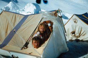 Virš 6000 m plyšus palapinei džiaugsmingos akimirkos gaudant saulės spindulius ir sultinį begeriant