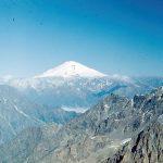 Tolumoje matyti Elbruso viršūnė