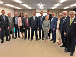 Europarlamentarai Andrius Kubilius (antras iš kairės) ir Petras Auštrevičius (centre) su Europos Parlamento delegacija susitikime Ukrainoje su buvusiu Prezidentu Petro Porošenko (centre)
