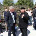 Tarybos narys Audrius Valaiša kartu su Gintautu Akeliu džiaugiasi dar vienu karininkui įteiktu medaliu