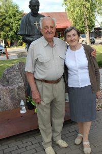 Genovaitė ir Juozas Stepankevičiai po 60 bendro gyvenimo metų Vievio miesto aikštėje