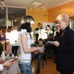Abromiškių reabilitacijos ligoninės moksleiviai su Prezidente pasikeitė dovanėlėmis