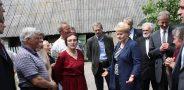 Pirmaisiais prezidentavimo metais – 2010 m. – Prezidentė Dalia Grybauskaitė, vykdama į Kazokiškes, sustojo Alesninkų kaime, išklausė bendruomenės  skundą dėl per gyvenvietę į sąvartyną važiuojančių sunkiasvorių mašinų ir įpareigojo ją lydintį aplinkos ministrą Gediminą Kazlauską kuo skubiau  pradėti eksploatuoti tuo metu jau nutiestą aplinkkelį