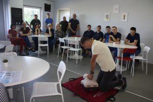 Kaip suteikti pirmąją pagalbą mokė defibriliatoriais prekiaujančios įmonės vadybininkas Raimundas Žebrauskas