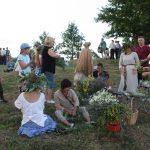 Šventės dalyviai laikėsi tradicijos pinti gėlių vainikus