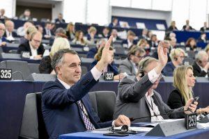 Europos Parlamente vis dar balsuojama rankų pakėlimu