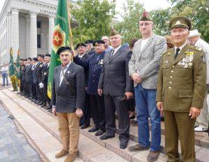 Vėliavų pagerbimo šventėje su Nepriklausomybės gynėjų sąjunga dalyvavo Laisvės gynėjas, vieviškis Gintas Vilkelis (trečias iš dešinės)