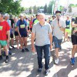 """Bėgikus prie starto linijos veda pirmojo bėgimo """"Aplink Elektrėnų marias"""" nugalėtojas Aleksas Dirvanauskas"""