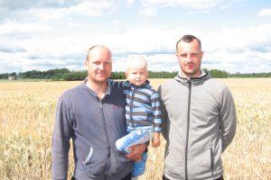 Ūkininkai  Kęstutis ir Justinas Vėželiai su mažuoju ūkininku  Motiejumi  Vėželiu